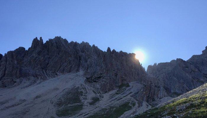 Aufgehende Sonne hinter dem Berg